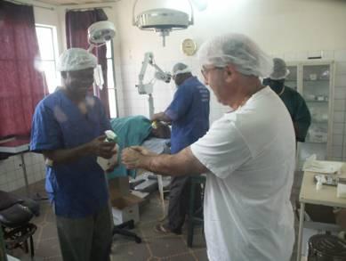 Il dottor Diarra ed il dottor Lino Forner in sala operatoria – ospedale di Nouna
